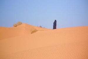 Man som vandrar i öknen